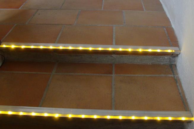 Beleuchtete Stufen, LED Treppenbeleuchtung, Treppen ...